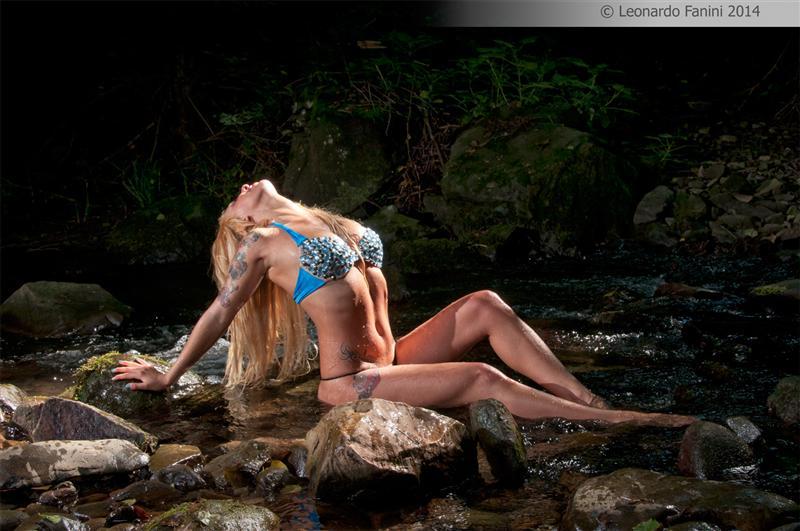 bikini glamour nel ruscello