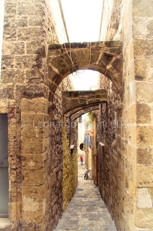un vialetto pieno di archi in Taranto Vecchia