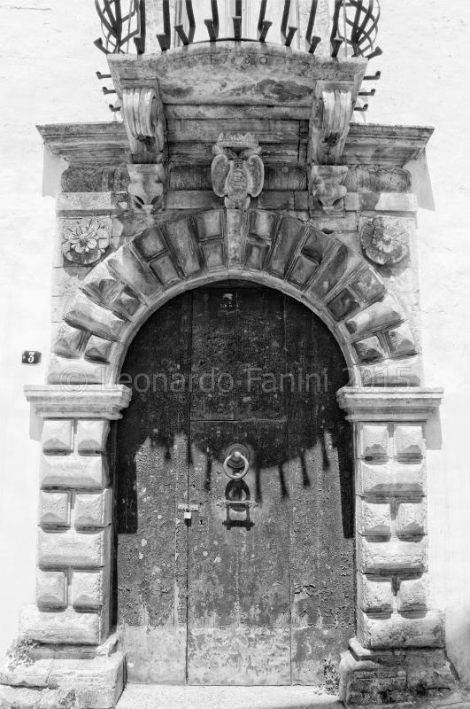 portone storico a Martina Franca, black and white fine art