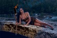 Ady Descarada indossa un abito sexy in ecopelle e fiaccola realizzati per il set