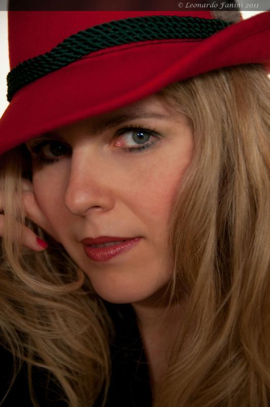 ritratto di Yuliya, col cappello