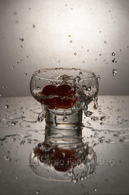 still life tuffo di due pomodorini in un bicchiere