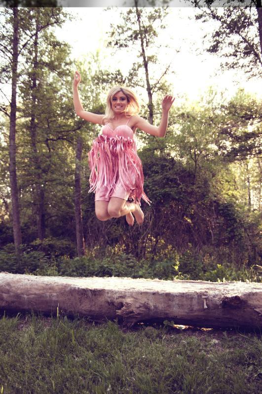 Camilla  che salta sopra un albero caduto