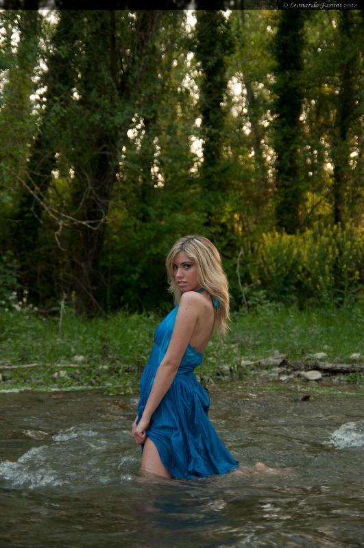 Camilla nel ruscello mentre il sole tramonta