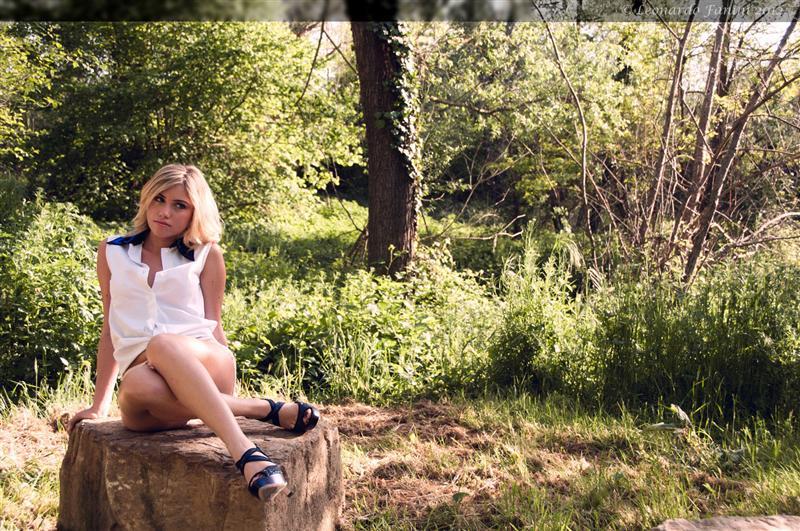 Camilla in maglietta bianca e shorts, seduta nel parco in val di Pesa