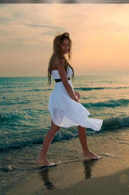 Michelle che cammina con aria di sfida sulla spiaggia