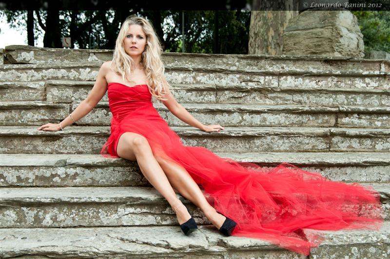 fashion Yuliya  sulla scalinata della rocca di Arezzo