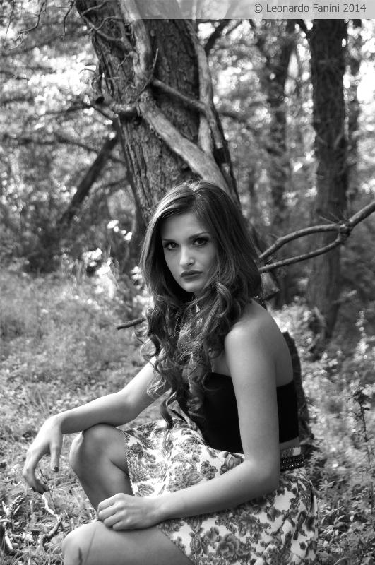 Black and white outodoor glamour in a wood