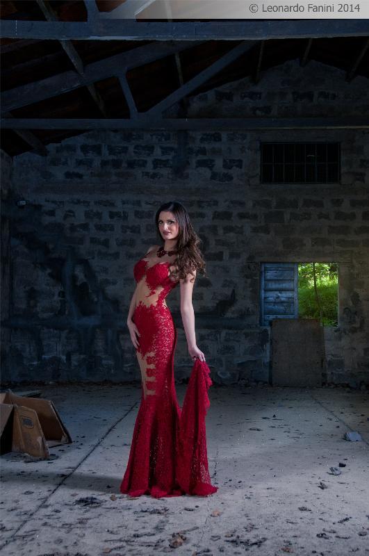 fashion fantasy nel vecchio deposito, abito da sera rosso sexy